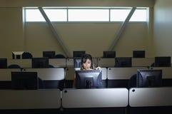 Студент смотря экран компьютера Стоковая Фотография RF