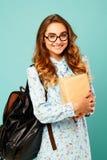 Студент стекел милой девушки smiley нося милый держа книги Стоковое Изображение
