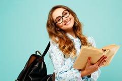 Студент стекел милой девушки smiley нося милый держа книги Стоковое Изображение RF