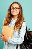 Студент стекел милой девушки smiley нося милый держа книги Стоковая Фотография RF