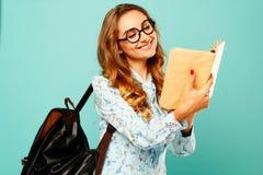 Студент стекел милой девушки smiley нося милый держа книги Стоковые Изображения