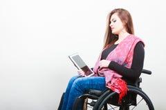 Студент с ограниченными возможностями с ebook таблетки Стоковое фото RF
