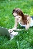 Студент с тетрадью внешней Стоковые Изображения