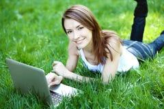 Студент с тетрадью внешней Стоковое Изображение