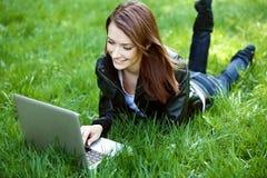 Студент с тетрадью напольной Стоковое Изображение RF
