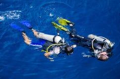 Студент тренера подныривания уча к нырять (Koh Дао, Chumphon, Таиланд) Стоковое Изображение RF