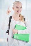 Студент указывая вверх с ее пальцем стоковое изображение