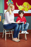 Студент уча при закрытых дверях уроки Стоковая Фотография
