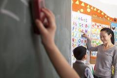Студент учителя уча алфавит стоковое изображение rf