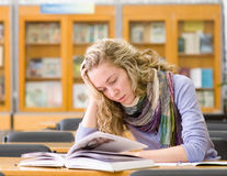 Студент читает книгу Стоковые Фотографии RF