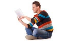 Студент читая книгу подготавливая для изолированного экзамена Стоковая Фотография RF