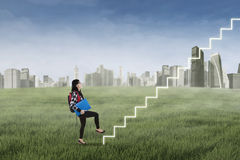 Студент шагая вверх на лестницу Стоковые Фото