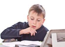 Студент для того чтобы сделать домашнюю работу Стоковые Фото