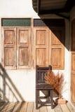 Стул, деревянные окна и теплый восход солнца Стоковое Изображение