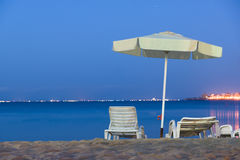 Стул зонтика пляжа ночи Стоковая Фотография RF