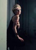 студия девушки ноги вверх по йоге Стоковое Фото