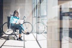 Студия просторной квартиры агенства тетради пользы битника блоггера Студент исследуя отростчатый дом Запуск дела молодой женщины  стоковые фото