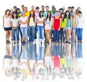 Студия снятая большой группы в составе молодые взрослые стоковые изображения