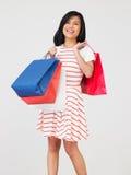 Студия снятая девочка-подростка с хозяйственными сумками Стоковое Изображение RF