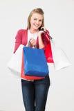 Студия снятая девочка-подростка с хозяйственными сумками Стоковая Фотография