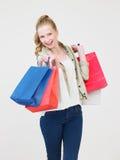 Студия снятая девочка-подростка с хозяйственными сумками Стоковые Изображения
