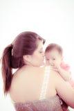 Студия снятая любящей матери держа младенца Стоковые Фотографии RF