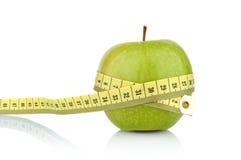 Студия сняла всего зеленого здорового яблока с рулеткой Стоковое Изображение