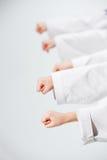 Студия сняла группы в составе дети тренируя боевые искусства карате Стоковое Изображение RF