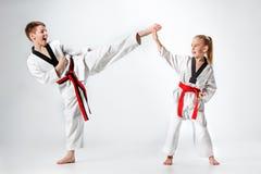 Студия сняла группы в составе дети тренируя боевые искусства карате Стоковое Фото