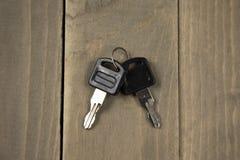 Студия сняла ключа 2 на деревянной предпосылке Стоковая Фотография