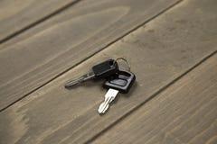 Студия сняла ключа 2 на деревянной предпосылке Стоковое Фото