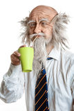 Студия сняла облыселого элегантного oldman с чашкой Стоковое Фото