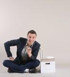 Студия сняла привлекательного положительного бизнесмена с веществом офиса Стоковое Изображение