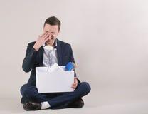 Студия сняла привлекательного утомленного бизнесмена с веществом офиса внутри Стоковая Фотография