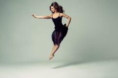 Студия танца женщины красивая стоковые изображения rf