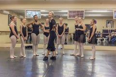 Студия танца инструктора хохота балета девушек Стоковые Фото