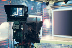 Студия телевидения с камерой и светами - записывая НОВОСТЯМИ ТВ Стоковые Изображения RF