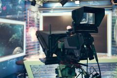 Студия телевидения с камерой и светами - записывая НОВОСТЯМИ ТВ Стоковое Изображение RF