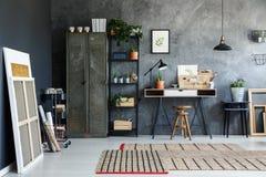 Студия художника в комнате просторной квартиры стоковая фотография rf