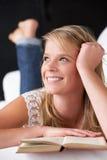 студия чтения портрета девушки книги подростковая Стоковая Фотография
