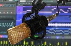 Студия ядрового рекордера конденсатора Mictophone с програмным обеспечением в экране компьютера позади стоковое фото