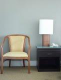 Стул и настольная лампа в спальне стоковое фото rf