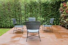 стул и стол ротанга плетеный на патио Стоковое фото RF