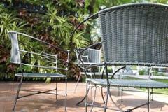 стул и стол ротанга плетеный на патио Стоковое Изображение