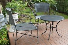стул и стол ротанга плетеный на патио Стоковые Фотографии RF