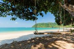 Стул качания предпосылки моря на туристе Payam Koh популярном на Ranong, Таиланде Стоковое Изображение
