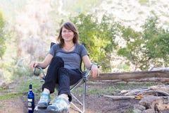 Стул молодой женщины сидя в лесе Стоковое Фото