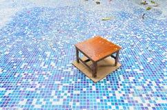 Стул на бассейне ремонта стоковое изображение rf
