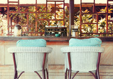 Стул на ресторане террасы лета стоковая фотография