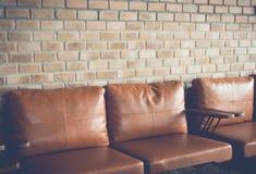 Стул около старой кирпичной стены (фильтрованного года сбора винограда обрабатываемого изображением ef Стоковые Фотографии RF